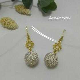 白いアクリルボールとゴールドの透かしパーツお花のピアス