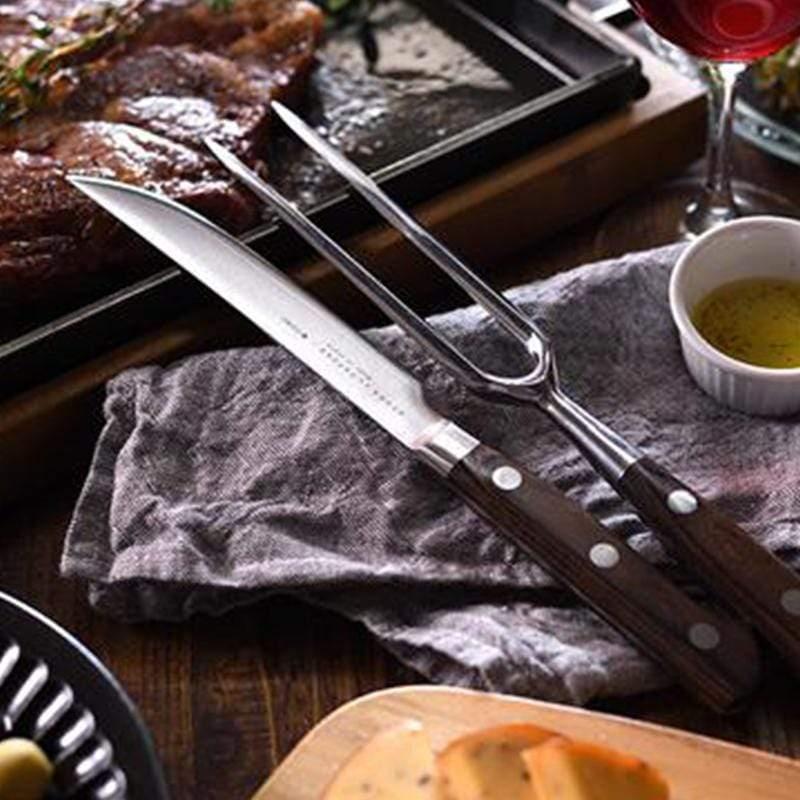 今天是期待已久的牛排日。肉烤得恰到好處,想熱熱上桌邊切邊吃。結果切塊時,這把刀子卻怎麼也切不斷......烤的很好的肉排用切不開的刀硬切,最後切的亂七八糟,肉汁都溢出,切口也很粗糙。真是浪費了難得的牛