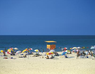 海の見える砂浜とビーチパラソル
