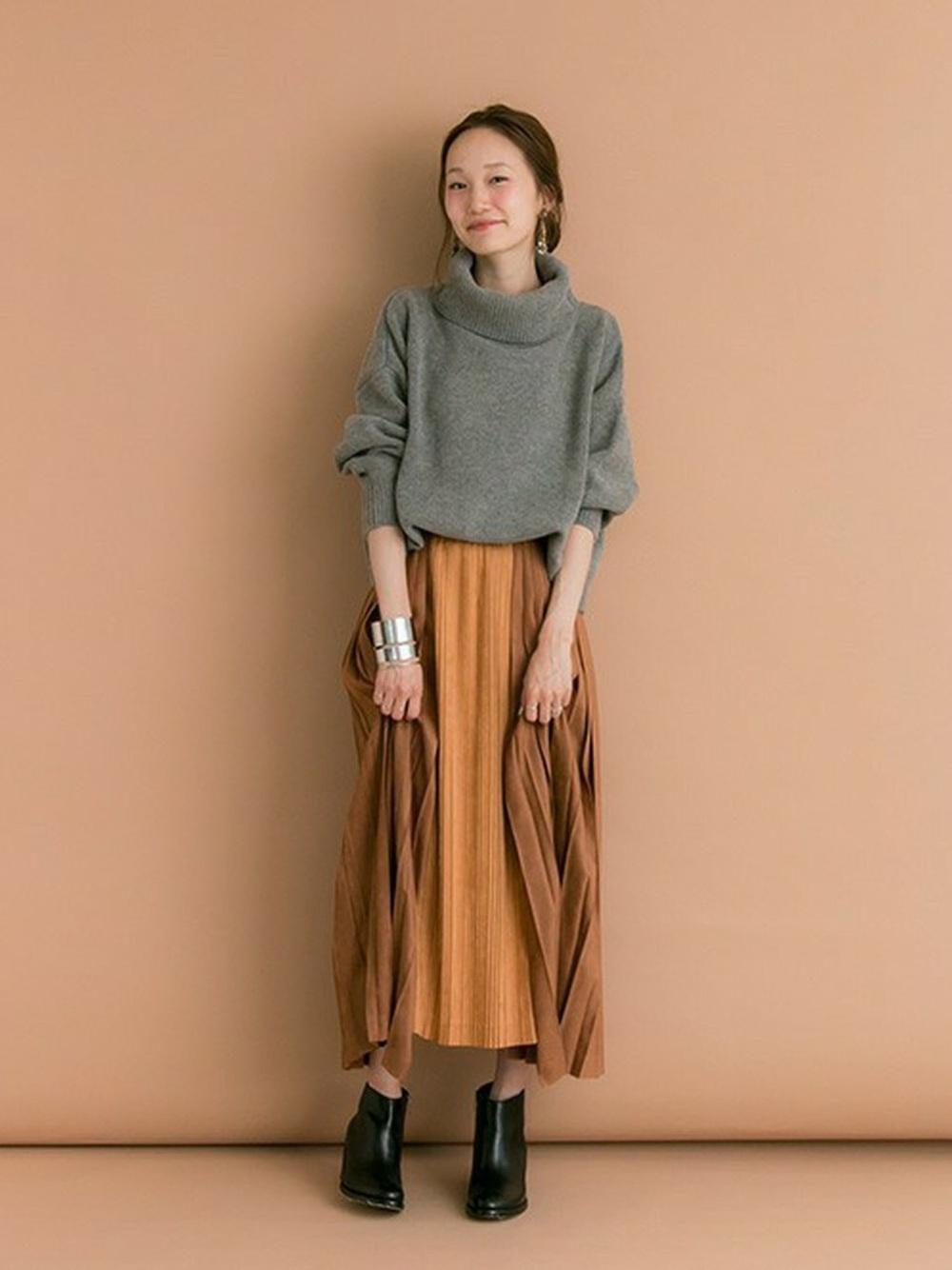 グレーのタートルにブラウン系のスカート