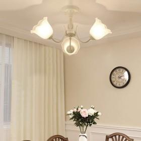 Xwyun ペンダントライト アメリカ 錬鉄製 天井灯 白色 LED 省エネ 吊りランプ、現代 家庭的な雰囲気のリビングルーム 子供の寝室 ダイニングルーム 照明 シーリングランプ (3灯、60×30cm)