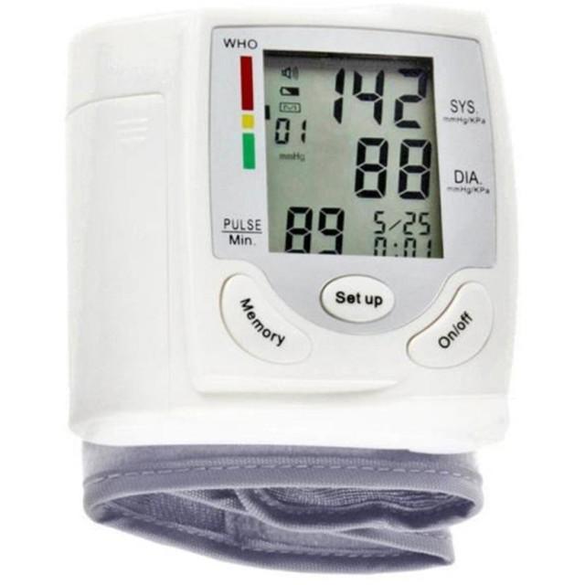 上腕式 血圧計 デジタル 自動 手首式血圧計 液晶モニタ ポータブル 血圧計 調節可能な 手首ストラップモニター付き ヘルスケア用 血圧測定器 健康ギフト