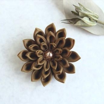 つまみ細工 ゴールドカラーの花コサージュ·ブローチ