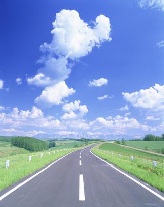 カーブする道路と風景