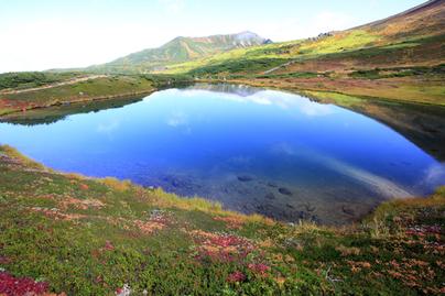 池と山の風景写真