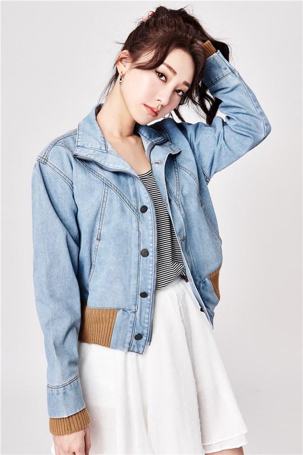 長袖外套;翻領設計;正面以拉鍊及品牌排釦閉合;正面口袋;袖口及下擺拼接設計;無彈性。