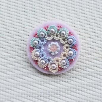タティングレースとビーズ刺繍のブローチ〈ピンク〉