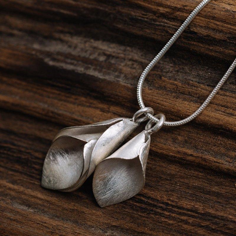 兩個掛馬蹄蓮花手工銀吊墜項鍊(N0120)