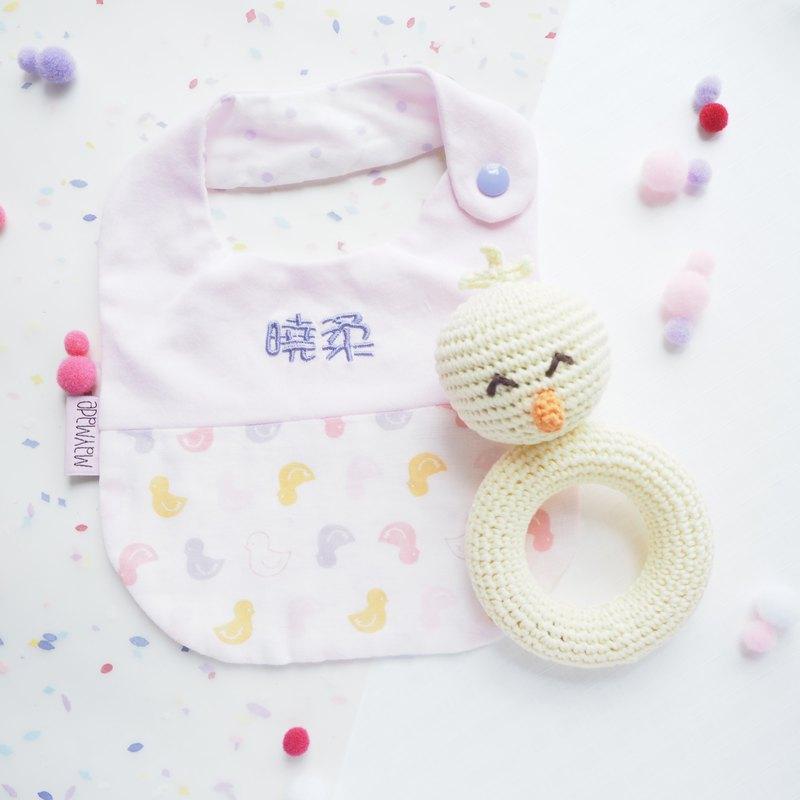 刺繡名字口水肩禮盒 -小雞主題圍兜及手搖玩具 彌月禮物 圍兜禮組