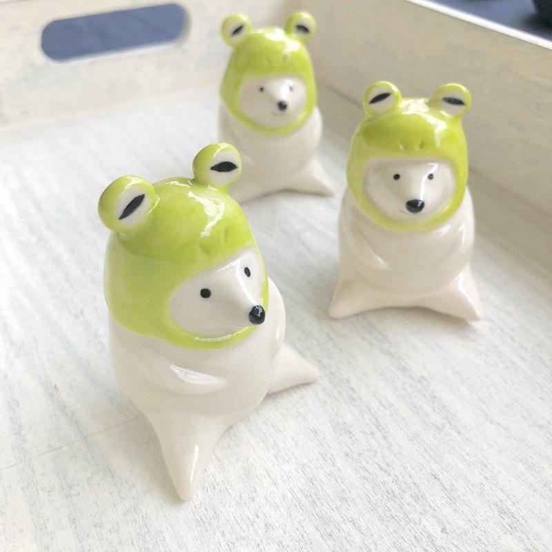 青蛙頭套北極熊 陶擺飾