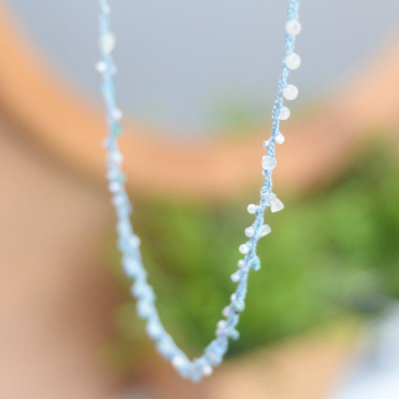 手工製作的柔軟藍色鉤針,帶有石頭和珠子 niyome Craft 手工製作的項鍊