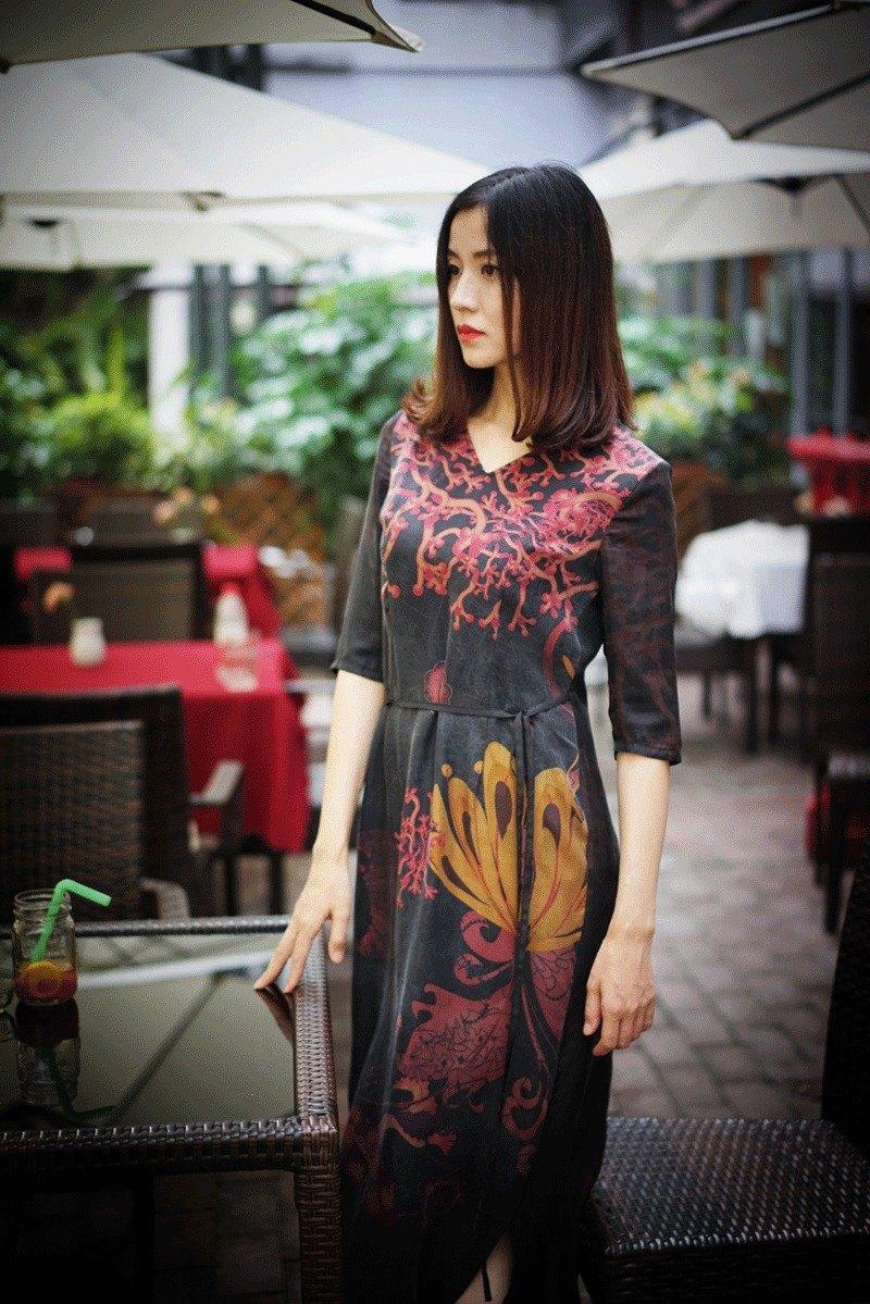 用簡約的裁剪、空氣感的設計、立體的結構,讓這款香云紗長裙及輕盈又有歷史感。 [Designer and Design concept] Three Fire, whose design concept