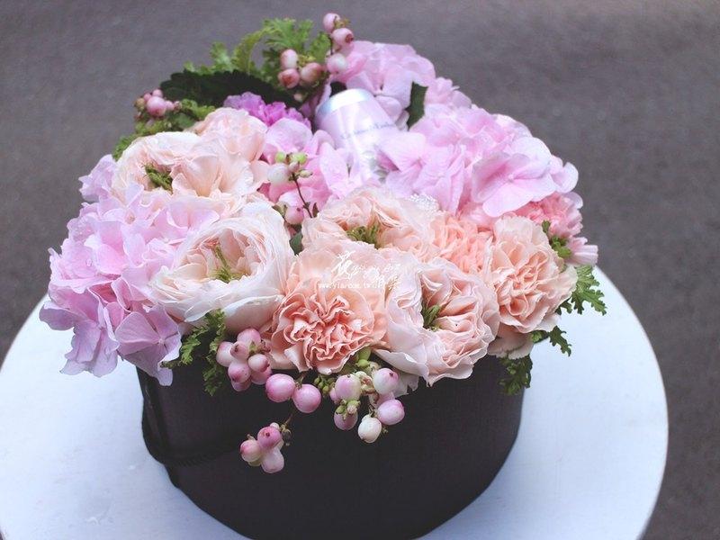 柔嫩粉色繡球花、古典英式玫瑰唯美綻放 粹取百朵玫瑰花瓣、浪漫優雅的香氛護手霜 在一個特別的日子,給自己或重要的人 送上一份專屬的寵愛 【用 途】情人節、母親節、生日、道賀、喜悅 【售 價】$3500