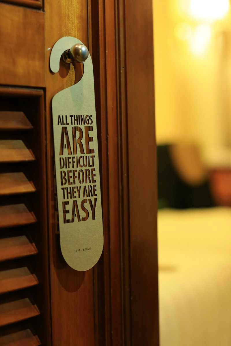 【eyeDesign看見設計】一句話門掛「ALL THINGS ARE DIFFICULT BEFORE THEY ARE EASY」D01