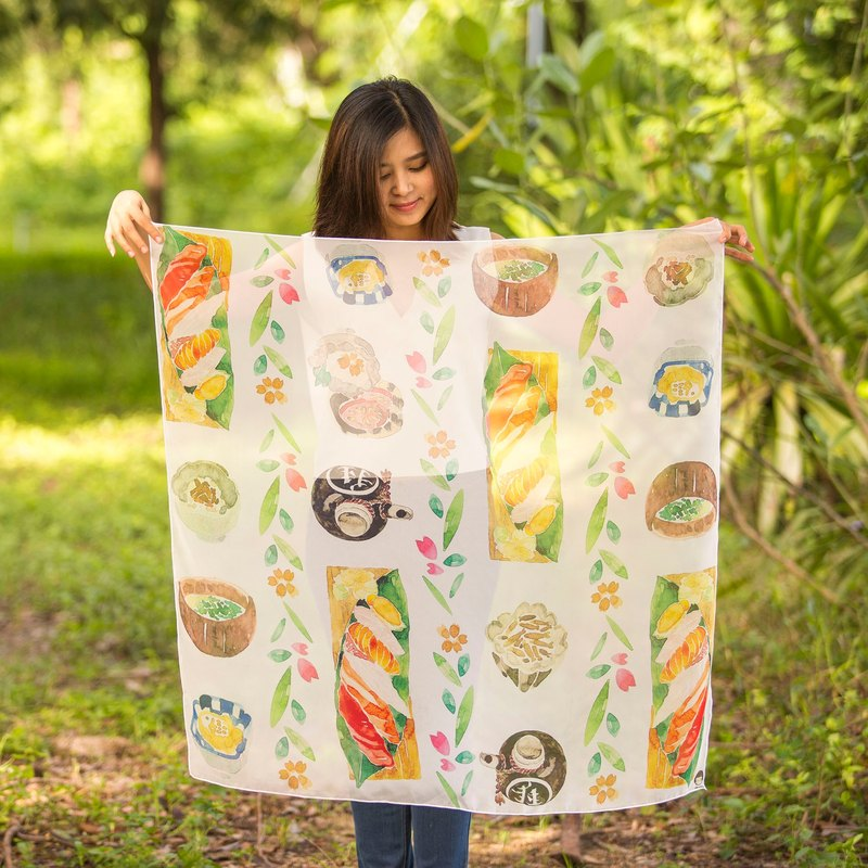【請注意】 Marukopum 為泰國設計師品牌 本商品敘述由 Pinkoi 協助翻譯,商品會直接由泰國設計師為您親自寄出哦! 壽司手工圍巾 看起來好吃的壽司,使用水彩用心畫在雪訪上。 柔軟、舒適,有