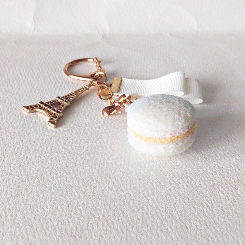 極簡白漸層⾺卡龍吊飾,不管是極簡白漸層的粉紅色或粉藍色,都十分優雅。可掛於鑰匙圈、包包等位置,讓你甜點帶著走,還可以提醒你記得喝下午茶放鬆⼀下喔!:D