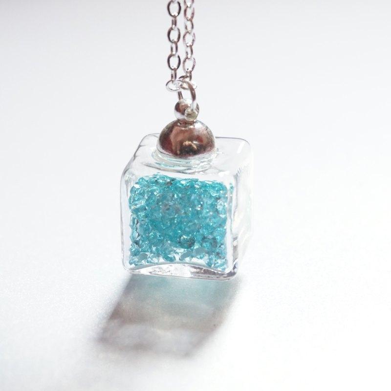 A Handmade 湖水藍色正方體玻璃頸鏈
