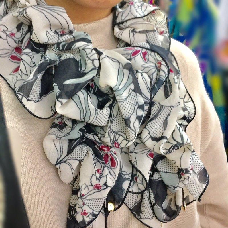 Ballett Kyoto Monotone 花卉圖案 抽褶圍巾 採用柔軟的雪紡面料,不易起皺