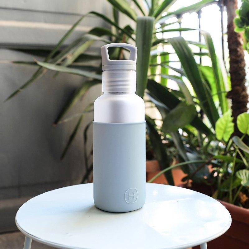 瓶身美國專利 Tritan 材質製作。 不含雙酚A (BPA Free)。 符合人因提把設計。 雙層杯口設計,避免水大量流出。 底層馬卡龍色系矽膠套,保護家具防止刮傷、防滑、好拿取。 可替換矽膠套設計