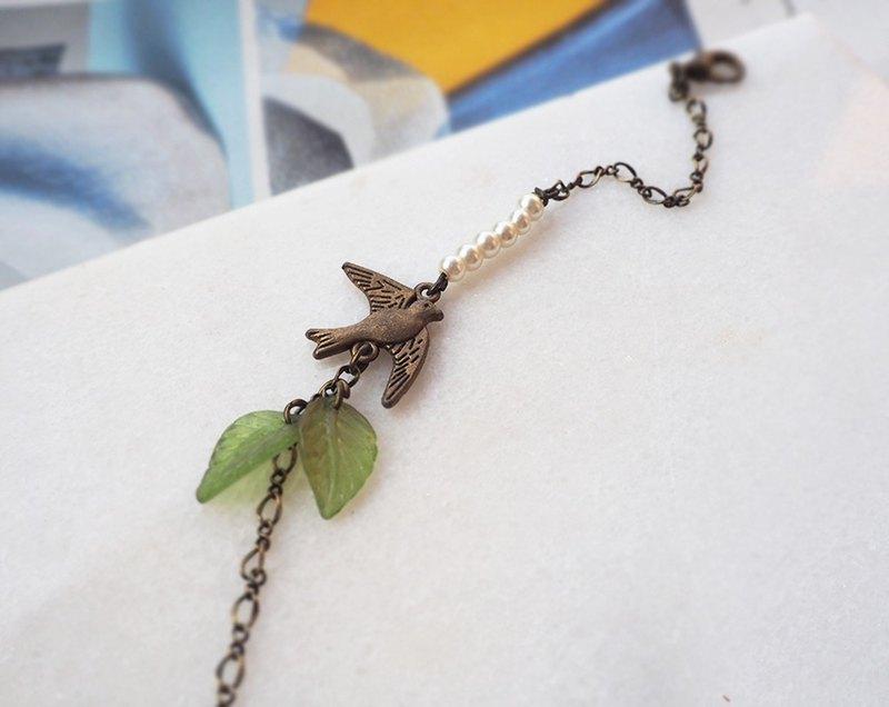 飛翔在空中的小燕子 仿珍珠綠葉子 古銅手鍊P46