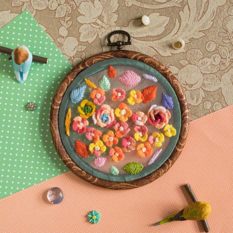 這次的羊毛小花特別以亮麗的顏色作為主題,以網布為底布能透入自然光,很適合掛在窗戶前!