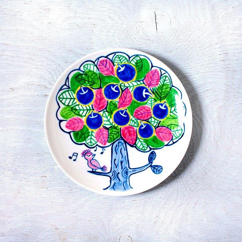 鳥叫聲的板塊和藍色蘋果樹