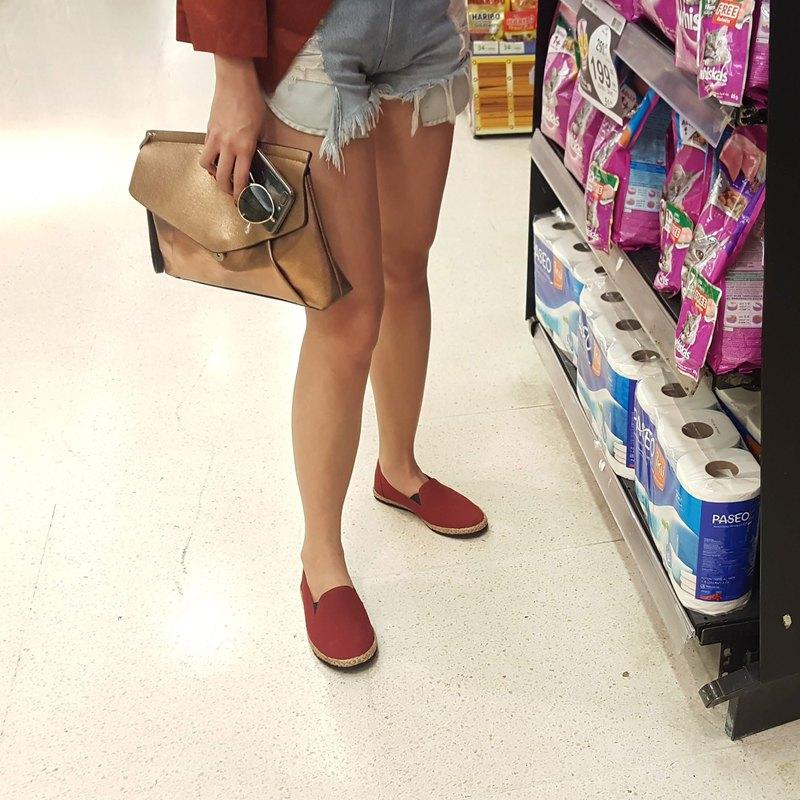 紅色帆布鞋