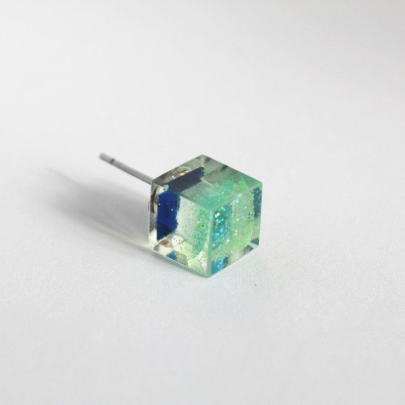 解體焦慮  / 樹脂耳環- 單隻 / 正方形 透明 草綠 亮片 大顆