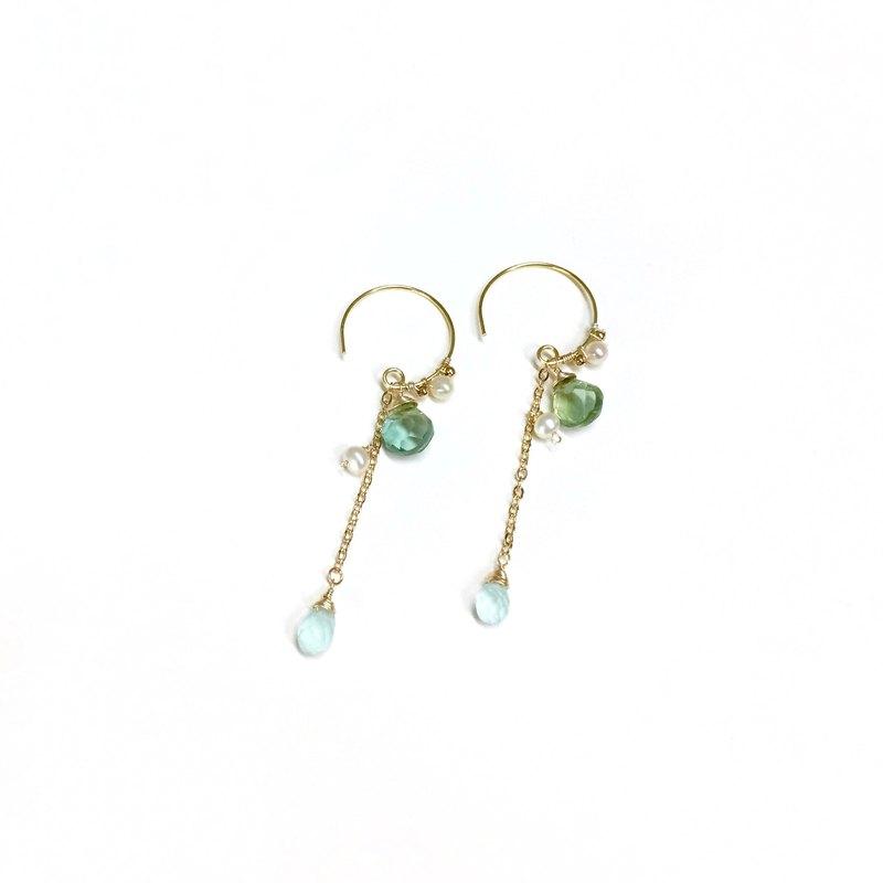 紗霧。天然珍珠與綠寶石水滴耳環。鍍18k金耳鉤。