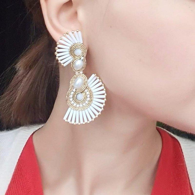 白色和金色珍珠不對稱耳環