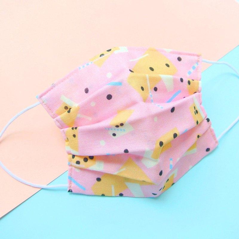 此產品是使用對肌膚溫和且舒適的雙層紗布來製作的手工口罩。這是百褶式的立體型口罩,所以臉部與口罩之間不會出現空隙的與臉部牢牢貼住。對於預防感冒或者是防止花粉熱的好選擇。清洗的部分只要用洗衣機清洗就可重複