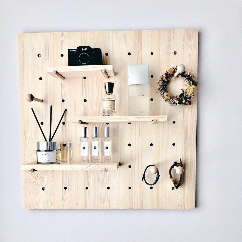 買太多包包、提袋卻沒有地方可以收納嗎? 簡約的外型、高質感的實木材質,與多樣化的組合方式, 適合搭配各種不同的居家風格, 從模型、植栽、到捨不得丟的紀念小物,都能在上面找到自己的家 快來把角落裡的雜物