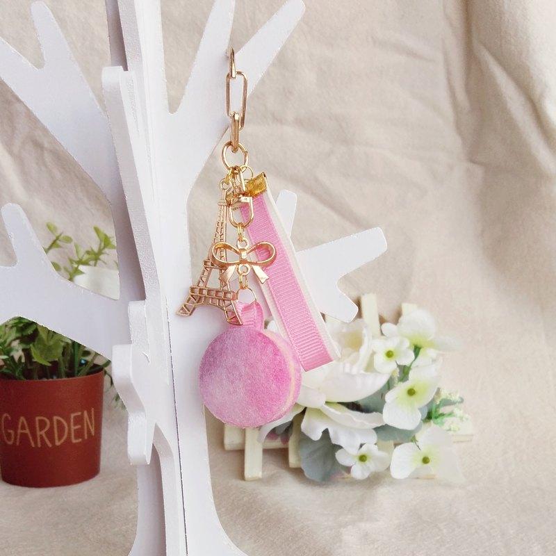 粉紅色、粉紫色加上米白色漸層的⾺卡龍吊飾,是不是粉夢幻呢? 吊飾可掛於鑰匙圈、包包等位置,讓你甜點帶著走,還可以提醒你記得喝下午茶放鬆⼀下喔!:D