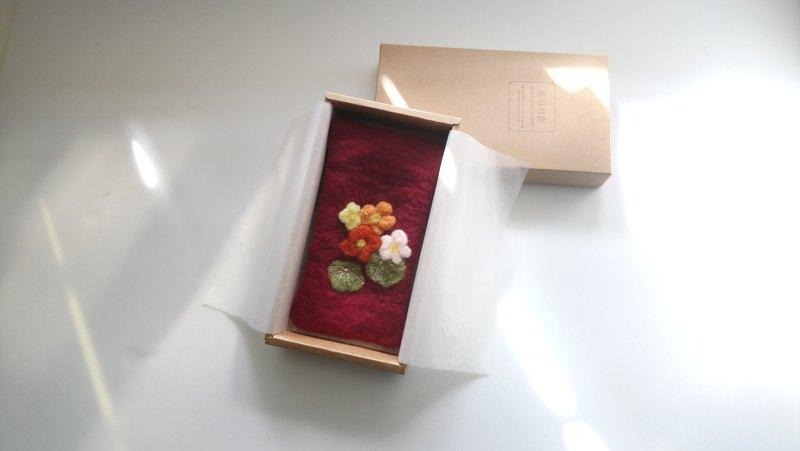 袋子 有裝載與收藏的意涵 如同人的心 總是存放著天馬行空 紅包季節將到 變身紅包袋 送給至親長輩 喜氣沉穩 祝福的誠意滿滿