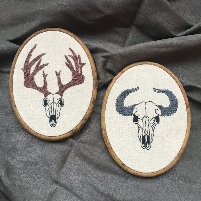 有角的動物頭骨刺繡插畫