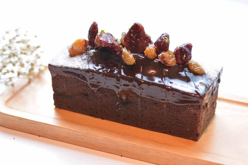 草莓巧克力蛋糕體,手工酒漬櫻桃+蔓越莓乾好迷人,疊上自製草莓酒熟成的草莓乾,滿滿莓果香氣~