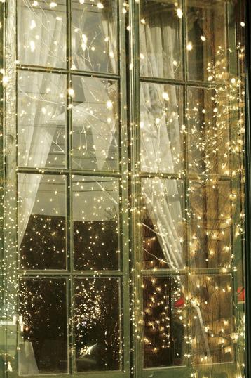 窓辺に飾ったライト