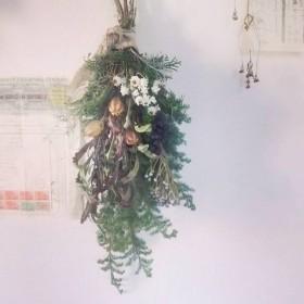 森のスワッグ〜黒い実、白い小花*