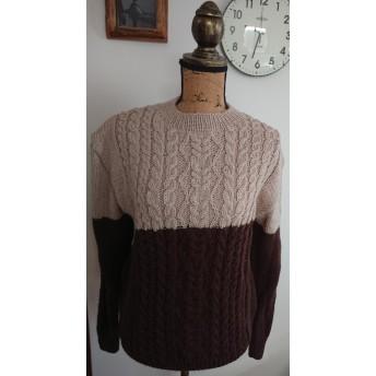 バイカラーの縄編みユニセックスセーター