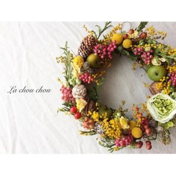 春を迎えるミモザと丸い花や実のリース