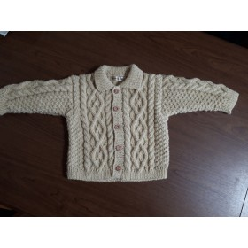 100サイズアラン模様の手編みの子供用ジャケット 生成り