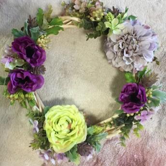 アネモネ、ピオニー、ポップなどの造花リース