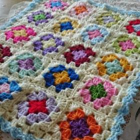 レトロポップ柄 モチーフ編み マルチカバー