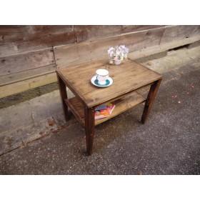 板張りのアンティーク調テーブル