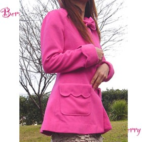 ビビッドピンク色のスカラップウールコート