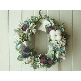 シルバーリーフとブルーの花のリース
