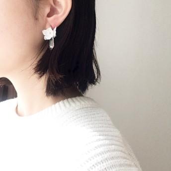 氷晶/白いお花と水晶の耳飾り