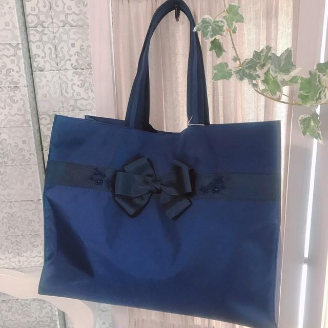 幼稚園、小学校での新生活に最適 たっぷりマチ付き紺色トートバッグ 手刺繍付き