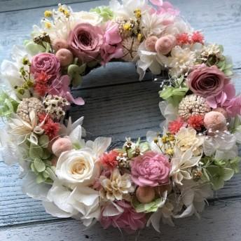 プリザーブドフラワーのロマンチックな春リース
