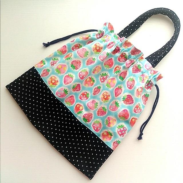持ち手付き着替え袋*ほんわか苺 空色 × デニムドット